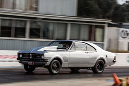 Holden HG Monaro drag race