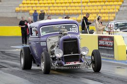 BLOWN HEMI-POWERED '32 FORD AT DRAG CHALLENGE