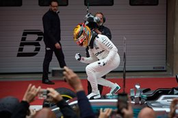 Hamilton wins in China with perfect weekend