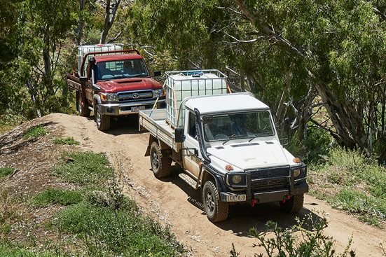 Mercedes-Benz G300 vs Toyota Land Cruiser 79 comparison main