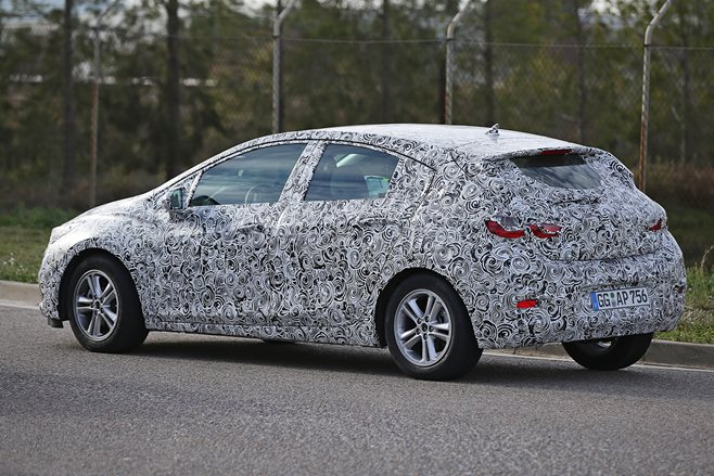 2017 Chevrolet Cruze hatch spy pics