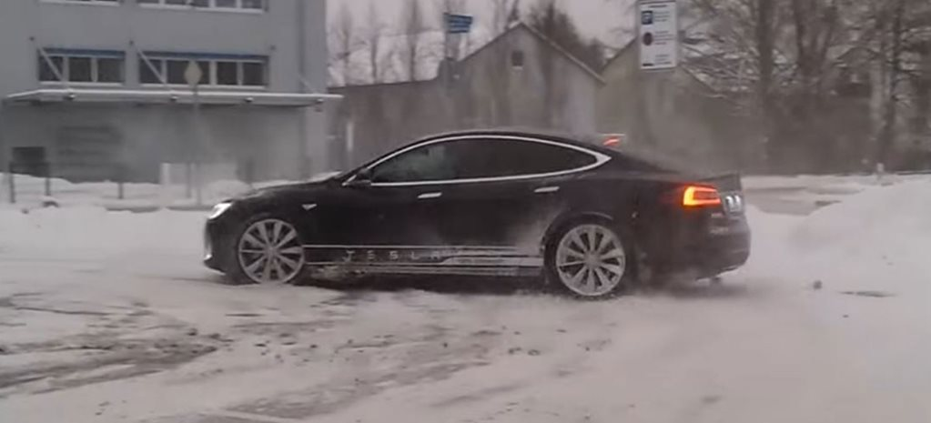 Tesla Model S does awesome snow donuts