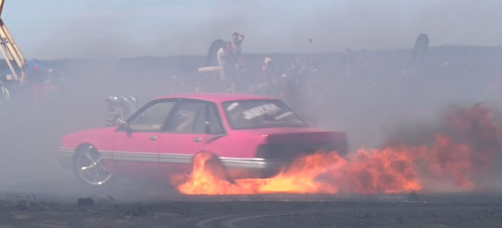 VIDEO: LOOSE VL COMMODORE BURNOUT FIRE AT UBC BALLARAT