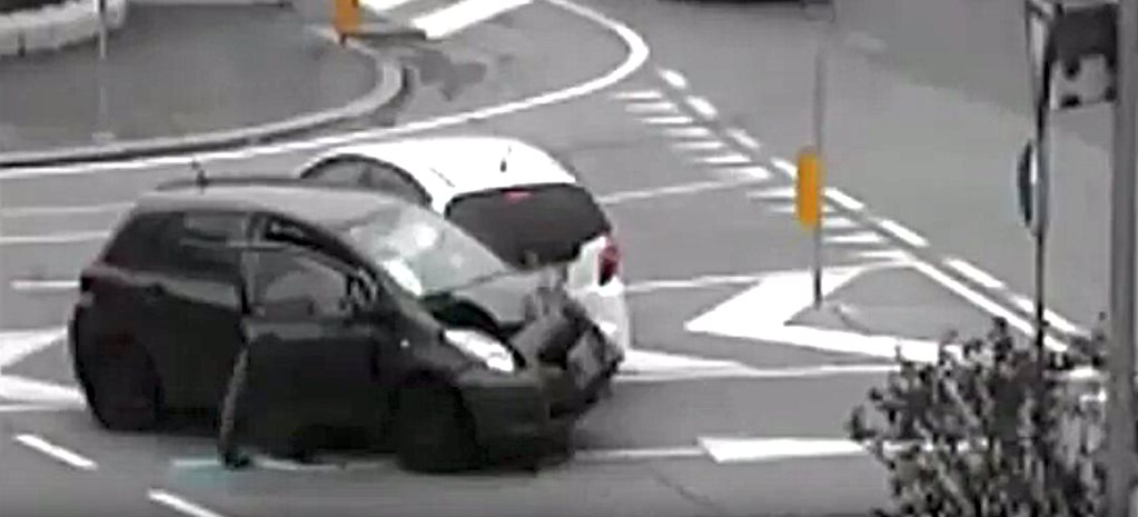Honda Jazz versus Toyota Yaris in road rage incident, Italy