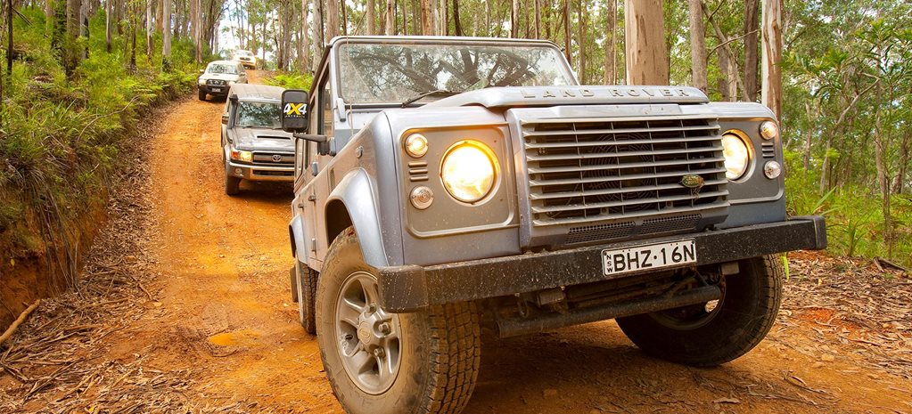 2009 Land Rover Defender vs Nissan Patrol vs Toyota LandCruiser 76 Series vs LC200 4x4 comparison