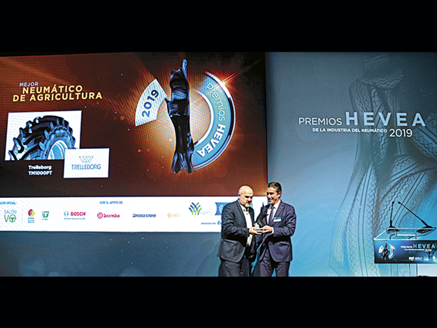 Trelleborg-receiving-Tyre-of-the-Year-award.png