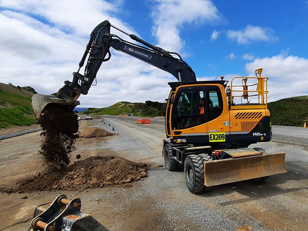 At just over 13 tonnes, the wheeled excavator can still complete finishing work without compromising the integrity of the pavement under the tyres