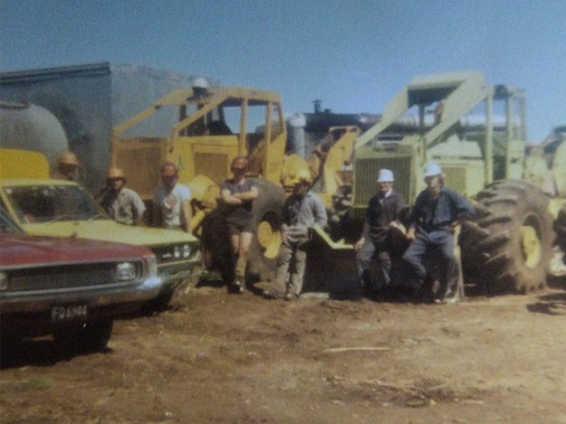 Logging crew 1981 Kaingaroa: Peter Omundsen, Jim Booth, Nicky Mansfield, Ashly Mansfield, Stephen Ellis, and Tony Ellis on the Kaingaroa plains