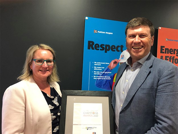 Dr Bryan Pidwerbesky of Fulton Hogan being presented with his award by Jenny Dickinson of Waka Kotahi NZ Transport Agency