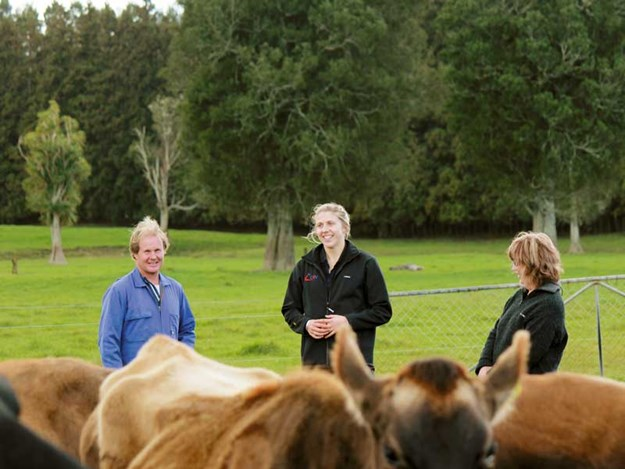 (L-R)-Andrew-Palmer,-Amy-Chamberlain-(CRV-Ambreed-Field-Consultant),-and-Maree-Palmer.jpg