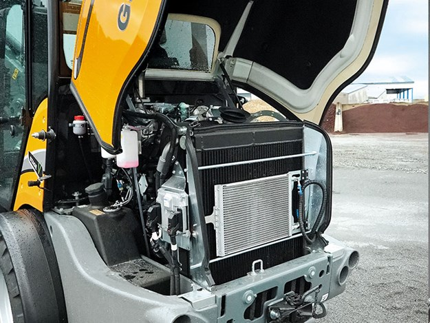 Giant-G5000-wheel-loader-engine.jpg