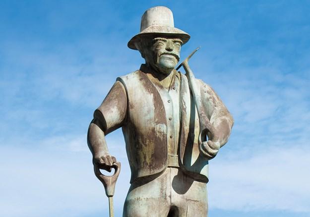 Whelan_9 Statue commemorating gum diggers.jpg