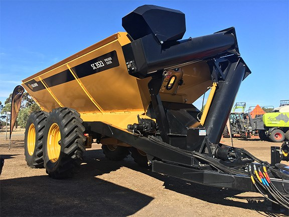 Reversible belts enable Coolamon's SC 3523 to act as both a spreader and a chaser bin