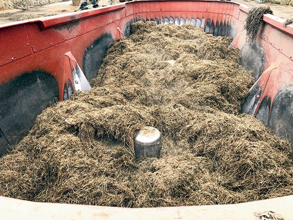 Kuhn Euromix - The 'kicker' at the base of the auger ensures that the product is moved between all of the augers in the tub