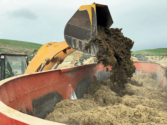 It's impressive how well the ration is mixed, even with the mixer in the low gearbox speed
