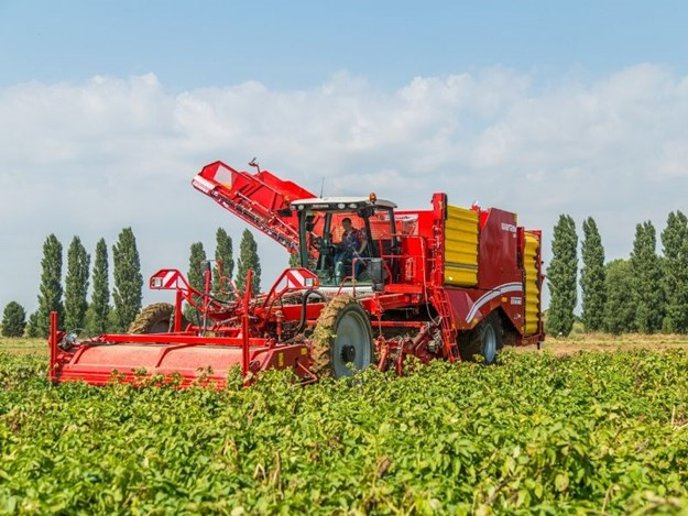 The self-propelled four-row harvester Varitron 470 with seven-ton non-stop bunker