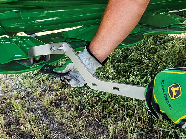 Farmers can replace a worn or damaged knife in only a few seconds with the new Quick Change Knife system..jpg