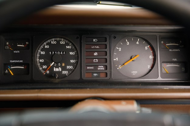holden-commodore-vh-dash.jpg