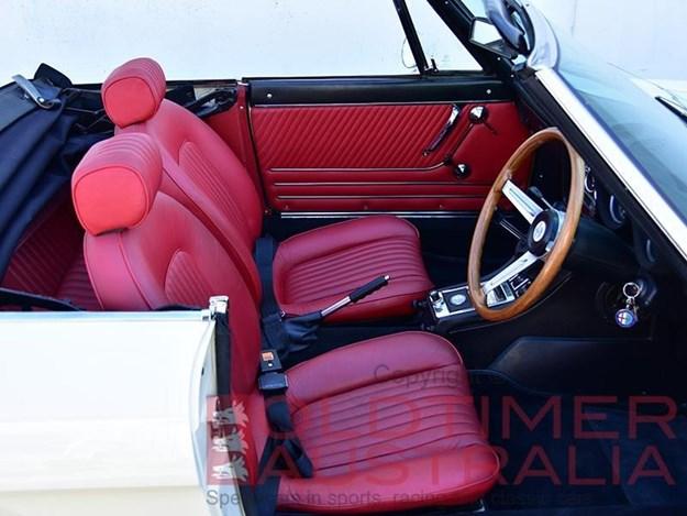 Alfa-Romeo-Spider-1750-interior.jpg