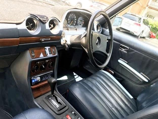 W123-Saloon-interior-front.jpg