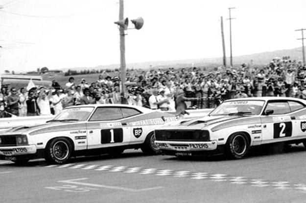R:\Web\WebTeam\Mary\Motoring\UC 261 to 399\UC 284\cobra\racing-ford-cobras.jpg