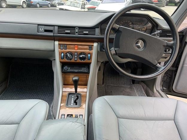 W124-300E-interior.jpg