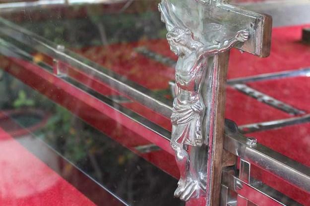 R:\Web\WebTeam\Mary\Motoring\UC 438\reader resto studebaker\studebaker-hearse-crucifix.jpg