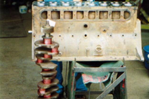 R:\Web\WebTeam\Mary\Motoring\UC 438\reader resto studebaker\studebaker-hearse-engine-16.jpg