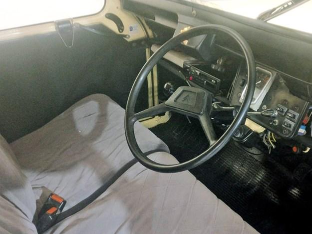 Citroen-2CV-interior.jpg
