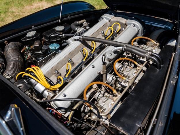 Aston-DB6-Shooting-Brake-engine.jpg