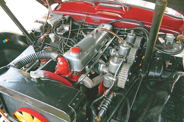 jensen-541r-engine-bay.jpg