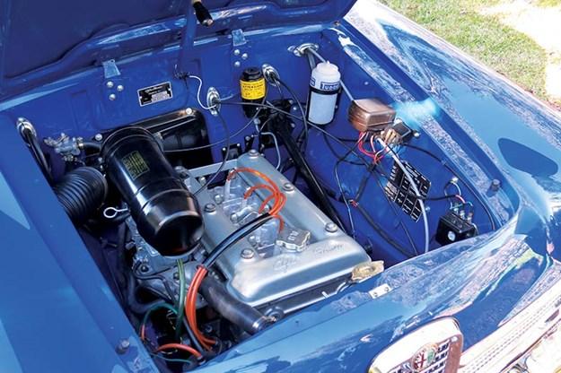 alfa-romeo-giulietta-engine-bay.jpg