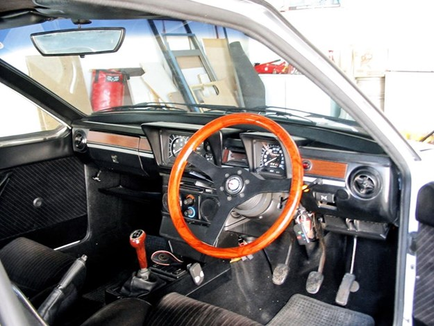 Alfa-Romeo-GTV6-3L-interior.jpg