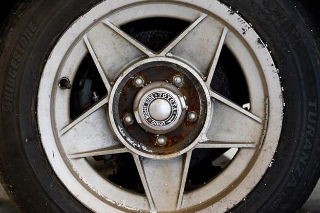 toyota-2000gt-wheel.jpg