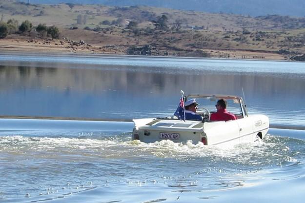 amphibious-amphicar-in-water-3.jpg
