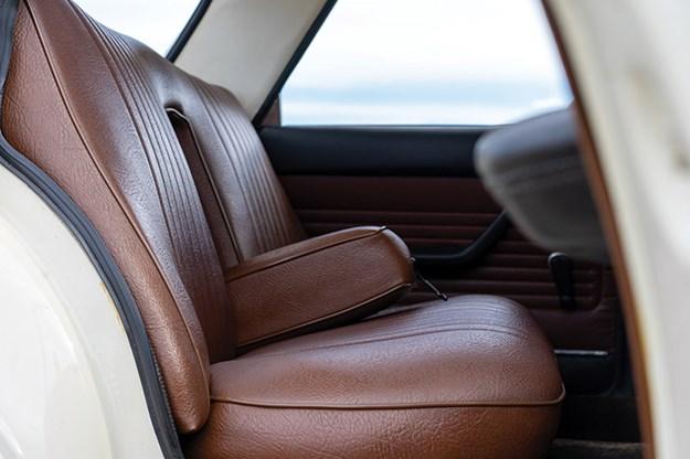 peugeot-404-seats.jpg
