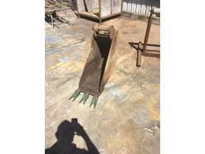 all makes dig bucket 300 mm wide , 45mm pins, 270mm centres, 165 between ears 809795