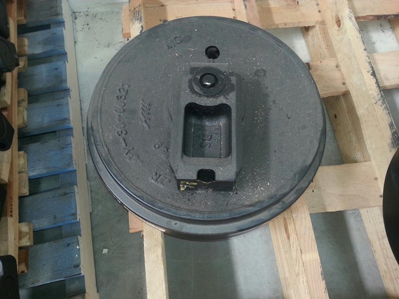 komatsu komatsu idler group with brackets to suit pc158 up to pc240. 20y-30-08070 161905 001