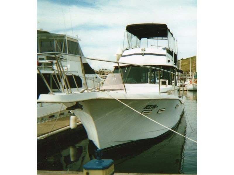 other flybridge cruiser 327335 002