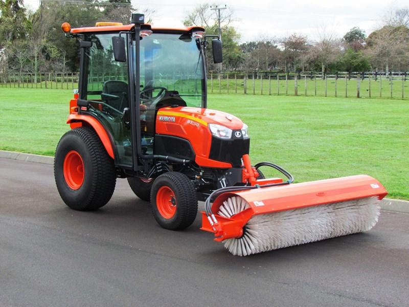 2018 Kubota Neilo B3150 Cabin Tractor Road Broom Combo For