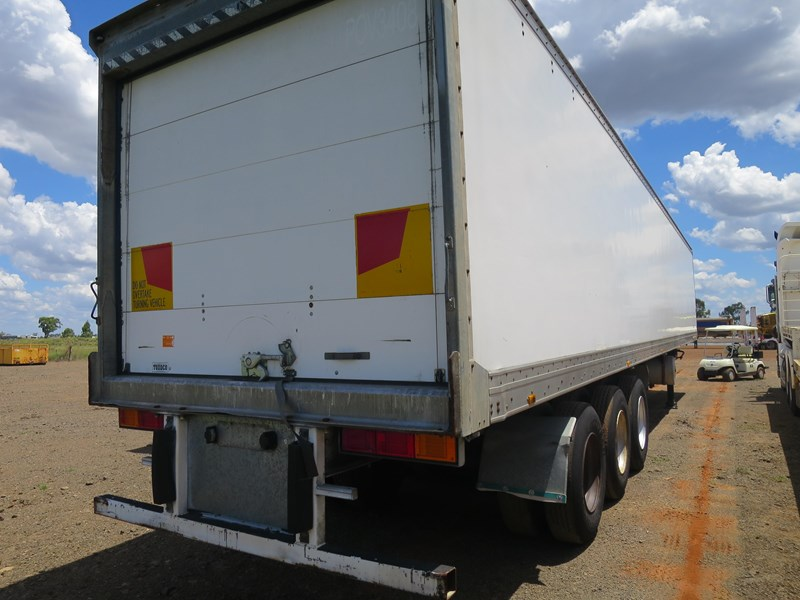 maxitrans st3-od triaxle regrigerated pantech 352897 003