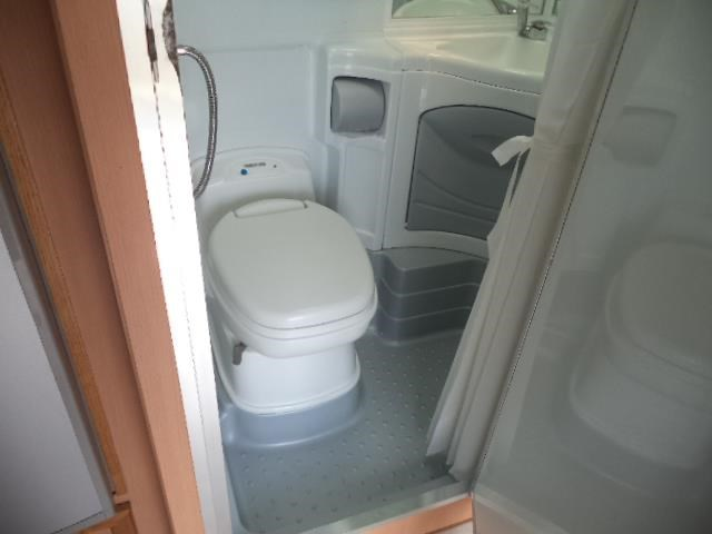 cruiser rv custom (combo shower/toilet) queen bed 411413 032