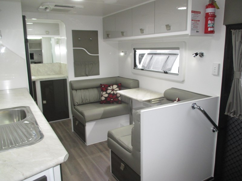 "montana unlimited 19'6"" tandem off road, ensuite 506188 009"