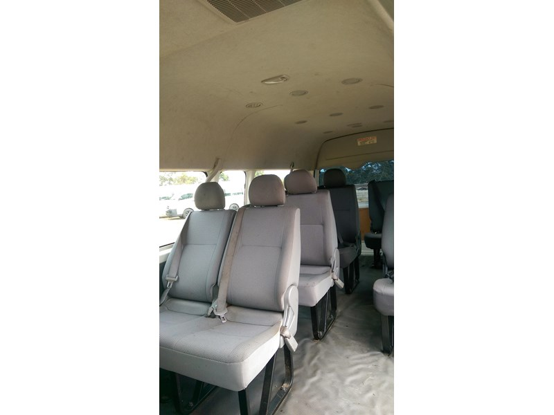 toyota hiace commuter bus 569331 004