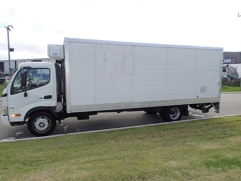 hino 300 series - 613 wide cab 624040 010
