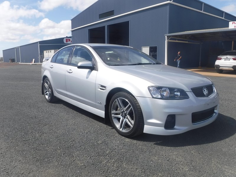 holden commodore 675022 002