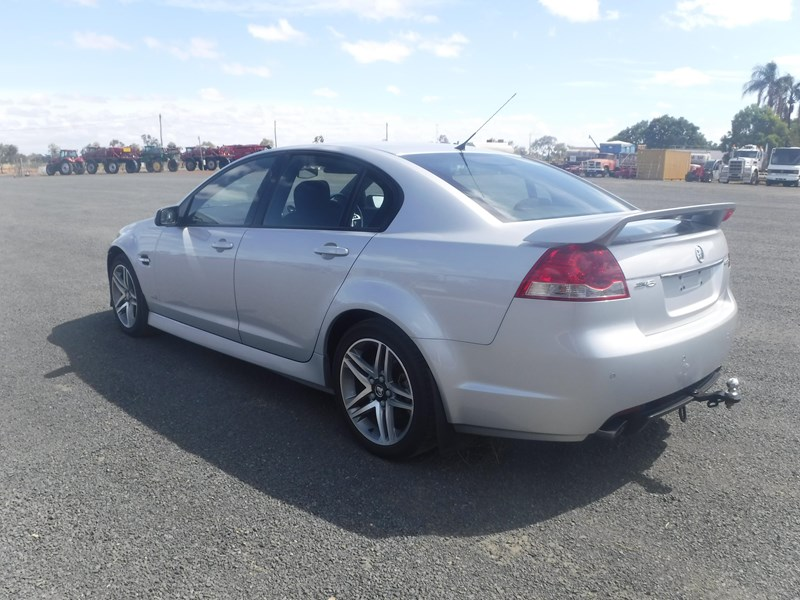 holden commodore 675022 008