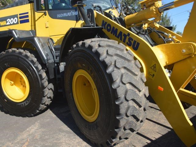 komatsu wa200-8 hitch, forks, 4in1 available 676713 020