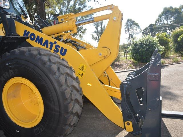 komatsu wa200-8 hitch, forks, 4in1 available 676713 093