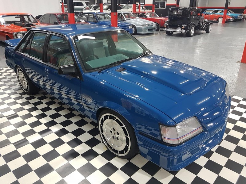 holden commodore 698865 010